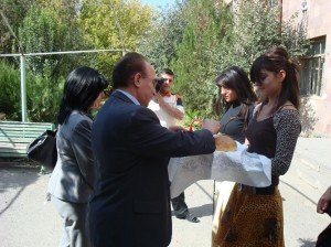 armavir-vhs-students-greeting-aaef-president-319